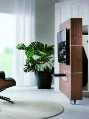 Стойка за телевизор Sesamo с отварящ се преден панел, дизайн арх. Фабио Ребозио, производител Pacini&Cappellini. Оборудвана с колелца, оксидиран алуминиев рафт за tv декодер и универсална стойка за телевизор. Разнообразни варианти за вътрешно разпределение. Размери – 144/25/164Н см. От Alema.