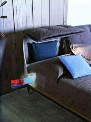 Легло Lee със страничен рафт от Shake Design. Капитонирана в Nabuk colore TM горна табла с вграден контейнер. Крака в черен лак със златисти върхове. Размери – 183/234/100Н см. От Alema.
