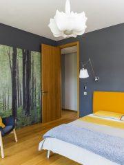 Спалнята за гости. Осветителните тела в цялото жилище са акцент, без да са натрапчиви.