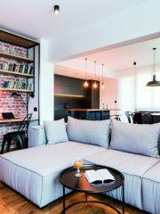 Дневната е с добре обособени, достатъчно просторни зони. Меката мебел е подходяща като големина и пропорция (Димела Дизайн), а по-светлият й обем балансира черните елементи.
