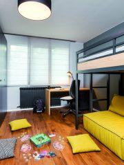 В детската спалня е използван цветен акцент за настроение и функционални решения за повече свободно пространство.