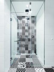 Плочките в коридора и банята са друг акцент, който внася характер в интериора и го раздвижва с оптичните илюзии на десена.