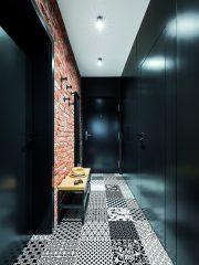 Находчиво функционално решение е вграденият гардероб в коридора, който изпълнява няколко функции: зад врати хармоника се намира миниатюрно мокро помещение с пералня и сушилня, от другата страна е самият гардероб за връхни дрехи, а между тях е тапетна врата, която води към банята.