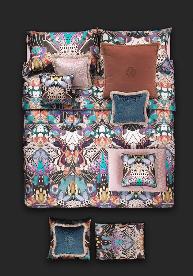Комплект в два цвята, състоящ се от от четири части - плик 220/240см, долен чаршаф 260/290 см и две калъфки 50/70 см (100% памук/сатен)