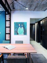 """Тъмната корпусна мебел (изработена от 2Д дизайн) е свързващ елемент на всички пространства – тя започва от входа, минава през трапезарията и дневната и е като гръбнак на отвореното жилищно пространство. Един от основните принципи на интериорния дизайн е ритъмът на разделяне и свързване – трапезарната маса """"премоства"""" зоните, като така се създава усещане за връзки и в същото време се нарушава монотонността на преливането."""