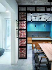 Ключов функционален и естетически елемент е металното укрепване между кухнята и дневната. Осветлението е поръчвано от различни сайтове, част от мебелите – също.