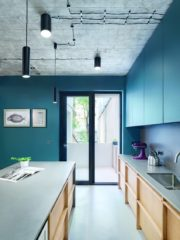 """Кухнята е с разширен отвор към балкона, а пространството се """"изсипва"""" навън. Преливане се получава и със стената и обзавеждането в един цвят. """"Обичаме да го правим и всеки път ни е много трудно"""", казва арх. Боян Стоянов от студио don't DIY."""