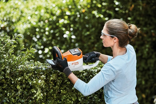 Акумулаторната система AK на STIHL- безценна помощ за двора и градината