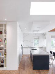 Кухнята е с изчистена визия и висок клас уреди и механизми. Мощният абсорбатор е почти невидим, а двигателят му е изнесен в един от шкафовете