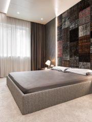 Метални плотове за нощните шкафчета, текстилен гръб на леглото и фурнир от цепени каширани камъни са оригиналните решения във втората спалня