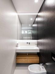 Една от баните е пример как тясното пространство може да се оптимизира с подходящо обзавеждане. Изчистените линии и контрастните цветове внасят елегантен модерен стил.