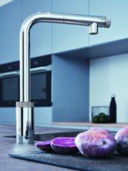 Уникалната технология на новия кухненски смесител SmartControl позволява лесно и удобно управление. Пускането на водата става само с натискането на един бутон, а за регулиране на температурата служи елегантният пръстен в основата на тялото на смесителя. Grohe.