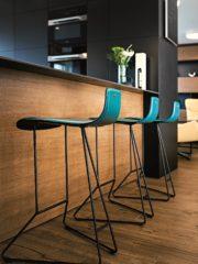 Елегантните барстолчета на Cattelan (Iluminarte) са контрапункт на плътните обеми на корпусната мебел