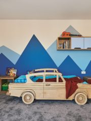 Детската стая на най-малкия член на семейството е с легло – кола