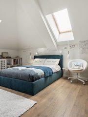 Стаята на момичето е с интересен фототапет, правен по поръчка, и с дъска за писане до бюрото. Тапицираните легла са по поръчка, удобни и прецизно изработени.