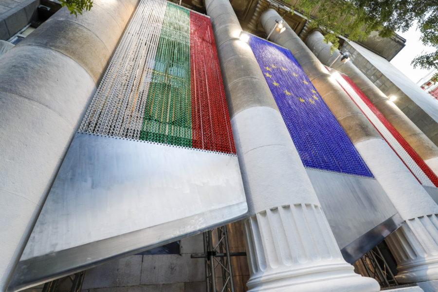 Километър вериги в художествена провокация на Ив Тошайн