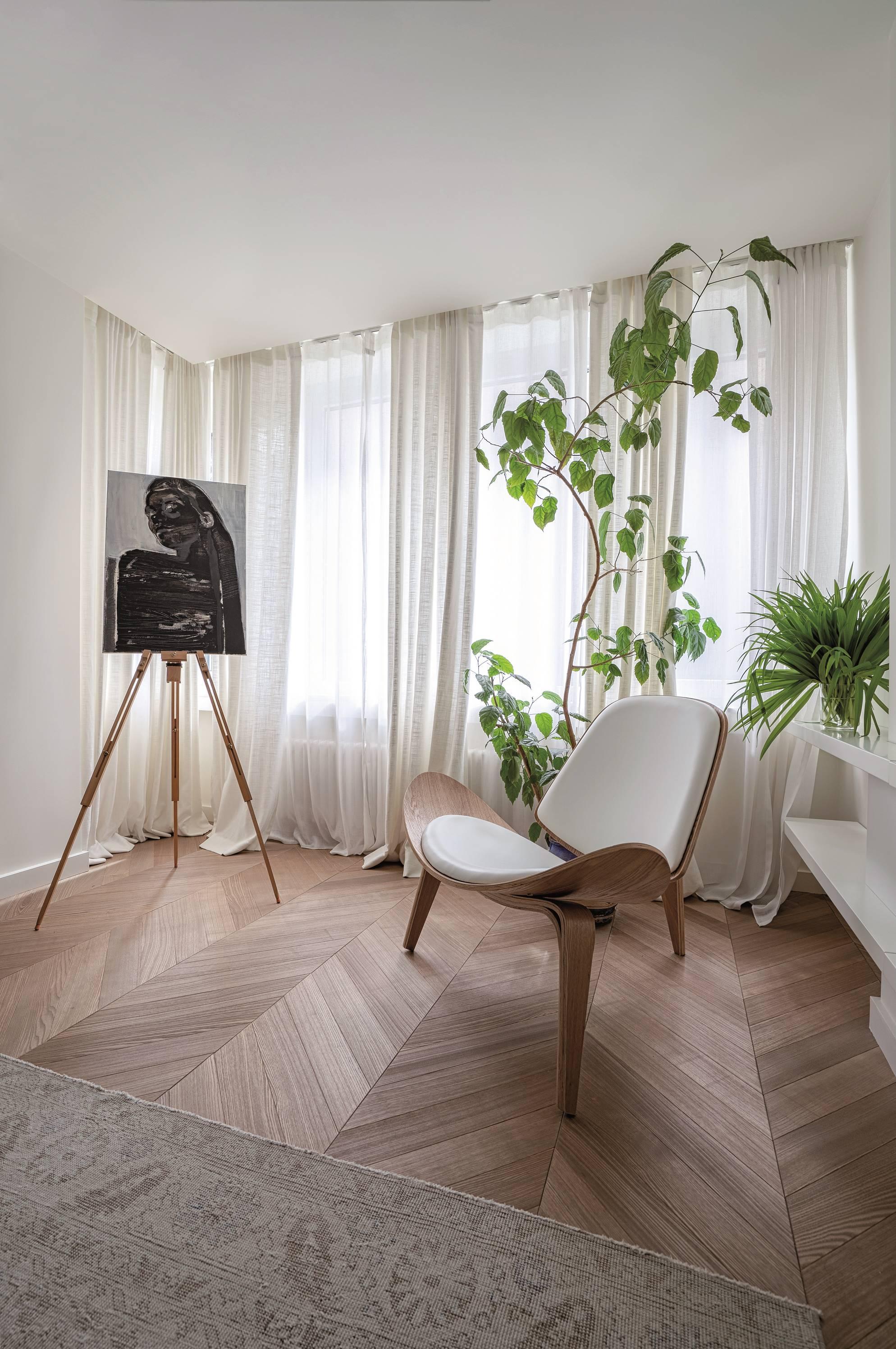 """Към спалнята е приобщен балкон, за да стане възможно най-просторна. Легло Flexteam (Sklada), нощни шкафчета и лампи на Ligne Roset ( Helix), фотьойл – Coradi. Картината акрил """"Елена"""" е с автор Каролина Далкалъчева."""