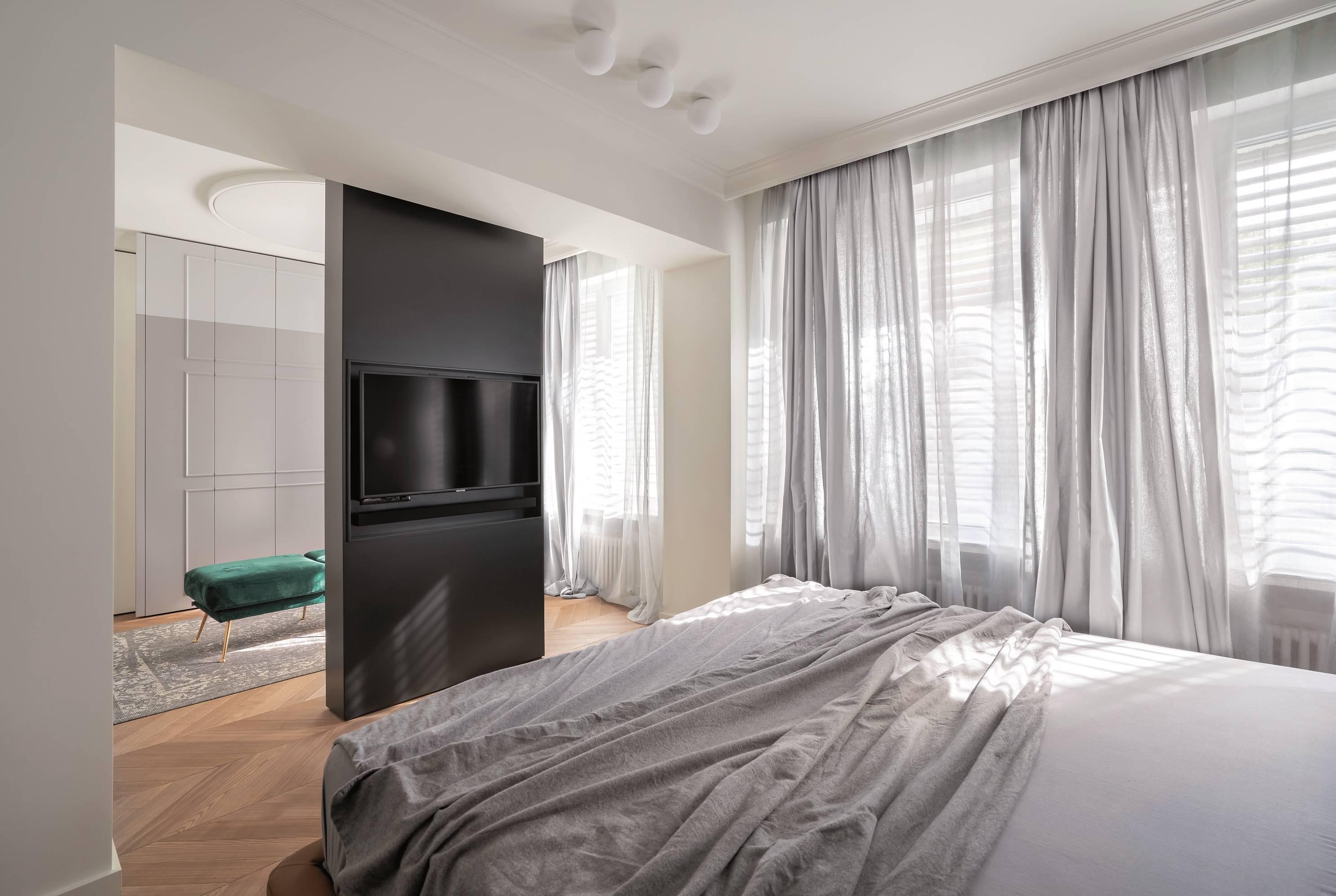 Основната спалня е на мястото на две от старите стаи, едната превърната в гардеробна. Лежанката и леглото са от Sklada, нощни лампите лампи са на Flos (Martineli)