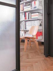 Вратата към детската стая е вградена в кухненската мебел.