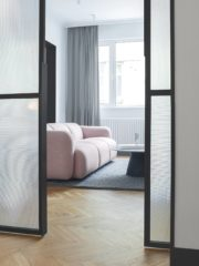 4 Плъзгащите се витрини от релефно стъкло към родителската спалня.