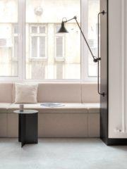 Находчиво функционално решение е кътът за четене, поместен на балкона – той е ключов както за дизайна, така и за обитателите, които го използват активно. Тук акцент е стенната лампа на френската марка Lampe Gras.