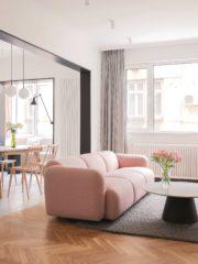 Прецизната селекция на мебели е важна за дизайна и комозицията на интериора - розовият диван Swell на Normann Coppenhagen с неговия характерен силует в съчетание с холната маса с мраморен плот Bianco Carrara е акцент в дневната. Системата 606 на Vitsoe има важна функционална роля като пространство за съхранение на голямата колекция списания и книги за фотография на собственика.