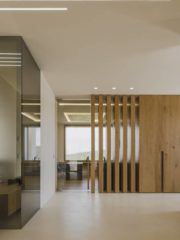 Входното фоайе и приемна – Media room. Шлицовете на осветлението са репликирани в геометрията на обзавеждането и така общото впечатление е за завършена и цялостна интериорна концепция.