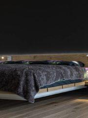 Спалният комплекс е отделен със стъклена врата и се състои от основна спалня, три други спални, перално помещение и стая за персонал. Голямата спалня (80кв. м) е ситуирана в най-отдалечената и спокойна част. Разполага с просторно основно помещение с голяма витрина и гледка към езерото. Леглото е конзолно, закачено за стената. Има два самостоятелни дрешника и дизайнерска баня с вана, която се пълни с водопад по стената.