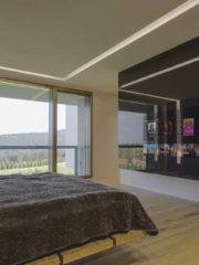 На етажа са разположени още три просторни спални с балкони.