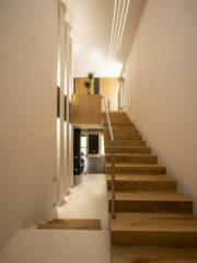 Дизайнерска стълба със стъпала от дърво, които създават впечатлението, че плават във въздуха. Рамото на стълбата е подчертано с естествено покривно осветление чрез соларни тръби, както и с LED осветление, преминаващо през целият обем на стълбищното пространство.