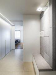 Антрето се удвоява визуално по дължина от огледало, което също отразява естествената светлина от хола. Осветлението на тавана е ориентирано в същата посока. Стенните облицовки и вградените гардероби следват ритъма. Въздуховодите и решетките за климатизация и рекуперация на въздуха са внимателно скрити в таваните зад стенни облицовки.