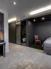 """Спалнята на сина е малка, в най-отдалечената част на апартамента, като в нея се влиза през дълъг коридор. """"Важно беше да се елиминира именно усещането за коридор и да се привлече внимание към основното пространство на стаята. Да се """"пререже"""" пространството на две, използвайки черното и бялото, е радикално и плашещо на пръв поглед решение. Но крайният ефект е налице - когато влезеш в ремонтираната стая, изненадата е толкова голяма, че не забелязваш, че си в коридор. Любопитството да откриеш какво има в дъното му те отвежда неусетно през него и попадаш в самата стая"""", разказва арх. Станчева."""