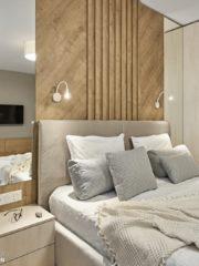 Мебелите в спалнята са изработени от BIASSO, а тапицираното легло - от фирма Божени мебел. Огледалата зад нощните шкафчета и зад тоалетката допълнително създават усещане за по-голямо пространство.