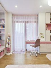 Момичешката тийнейджърска стая е в класическата комбинация бонбонено розово и светли тонове.