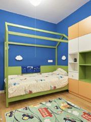 Момчешката стая е създадена според предпочитанията на едно 5-годишно момче в синьо и зелено с оранжеви акценти.